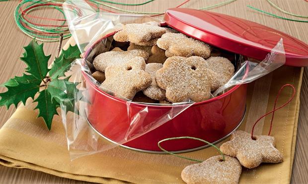 Aprenda a fazer biscoitinhos para pendurar na árvore de Natal